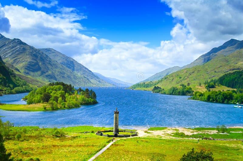 Monumento de Glenfinnan y lago Shiel del lago. Montañas Escocia Reino Unido imagen de archivo libre de regalías