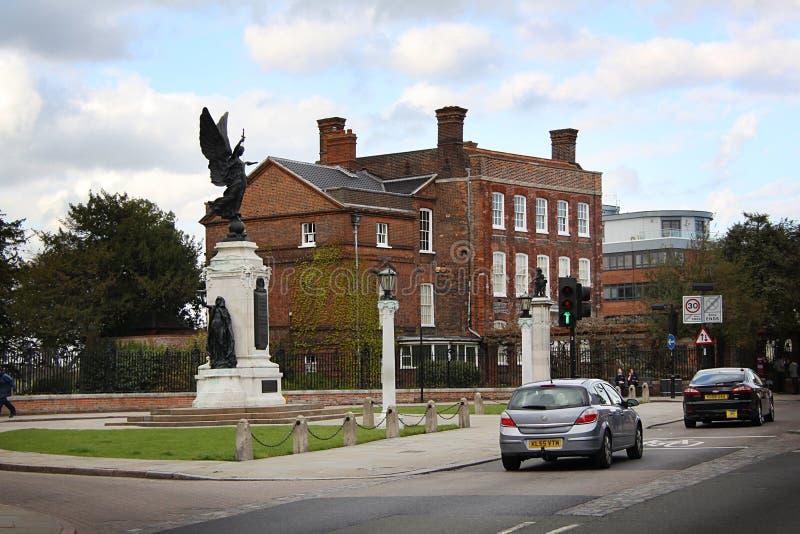 Monumento de guerra de Colchester con el castillo fotografía de archivo