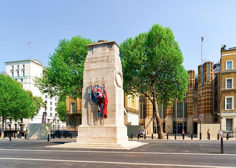 Monumento de guerra del cenotafio con las banderas en Whitehall Londres imagen de archivo