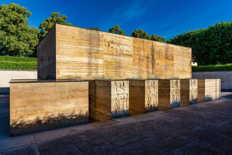 Monumento de guerra famoso en el jardín de la corte en Munich, Alemania imagenes de archivo
