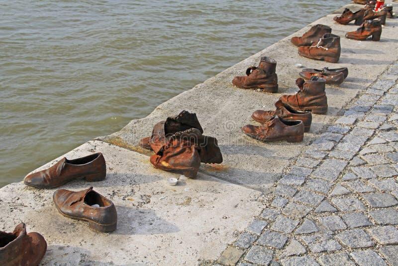 Monumento de guerra judío del zapato en el río Danubio fotografía de archivo libre de regalías