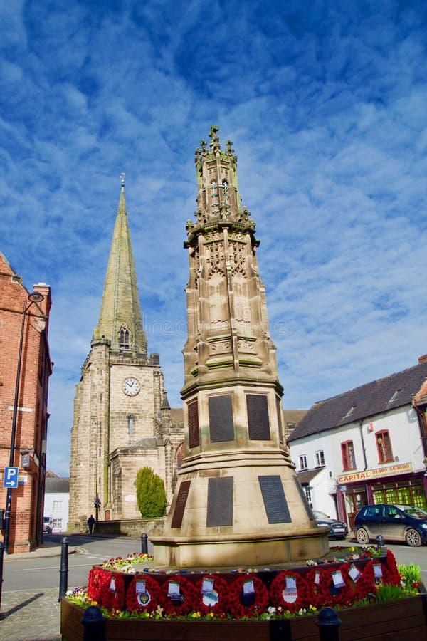 Monumento de guerra de la iglesia del St Marys y cielo azul fotografía de archivo libre de regalías