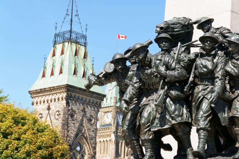 Monumento de guerra nacional y edificio canadiense del parlamento en Ottawa foto de archivo libre de regalías