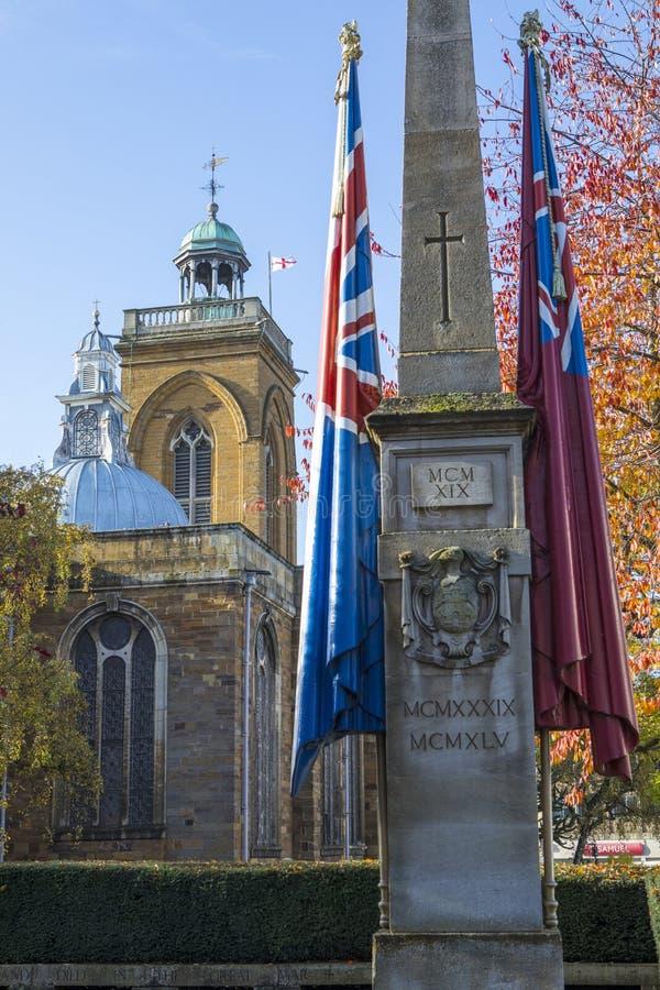 Monumento de guerra y toda la iglesia de los santos en Northampton imágenes de archivo libres de regalías