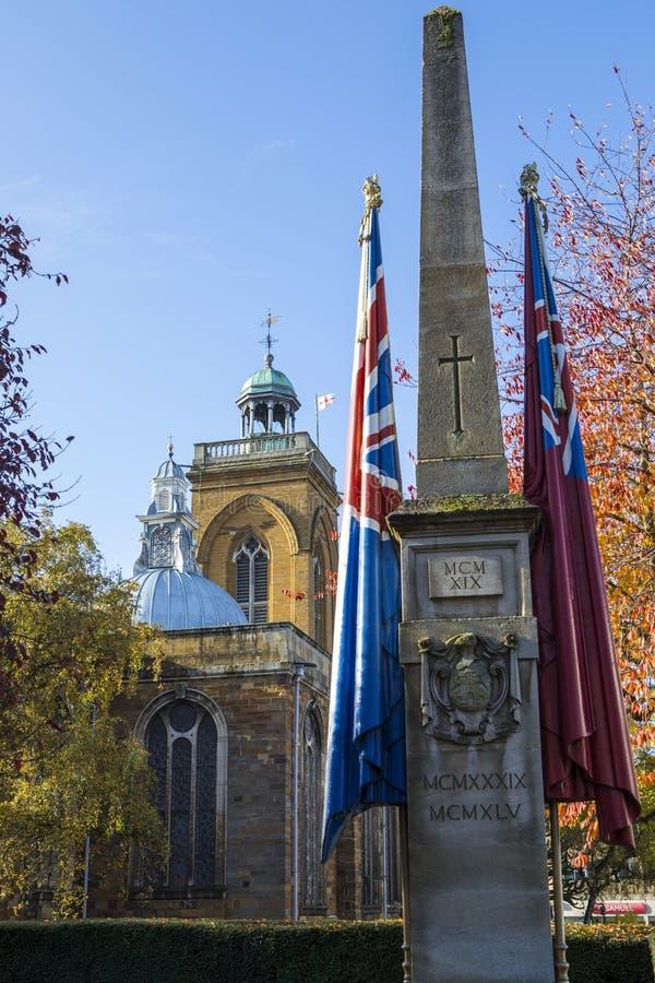 Monumento de guerra y toda la iglesia de los santos en Northampton foto de archivo