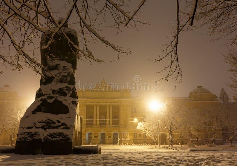 Monumento de Ivan Franko y universidad nacional de Lviv, Ucrania imagenes de archivo