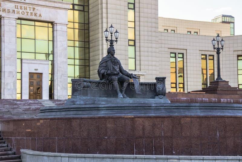 Monumento de Ivan Shuvalov delante del edificio de la biblioteca fundamental de la universidad de estado de Moscú La ciudad de Mo imagenes de archivo