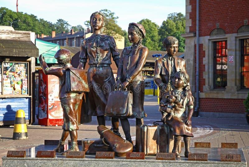 Monumento de Kindertransport perto da estação de trem de Gdansk, Polônia fotografia de stock