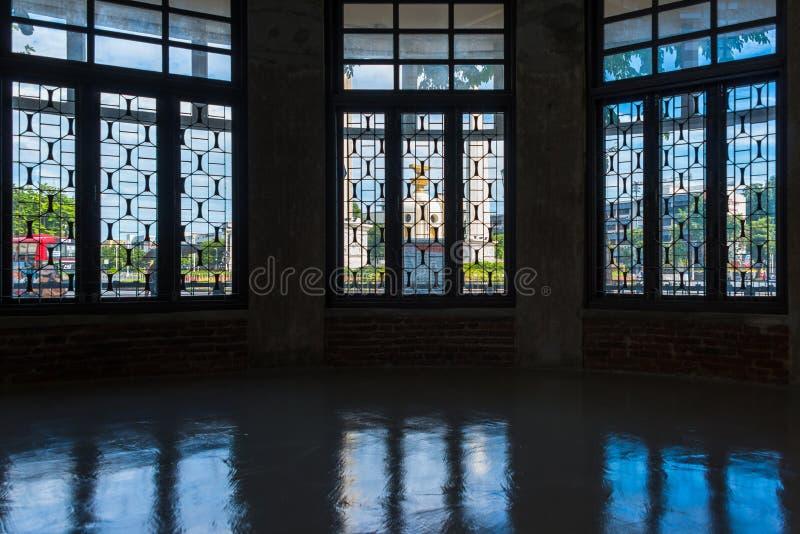 Monumento de la democracia en el centro de la capital Bangkok Tailandia con el marco de ventana fotos de archivo libres de regalías