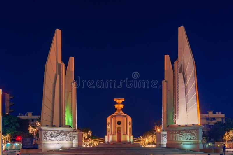Monumento de la democracia iluminado en la noche en Bangkok, Tailandia foto de archivo
