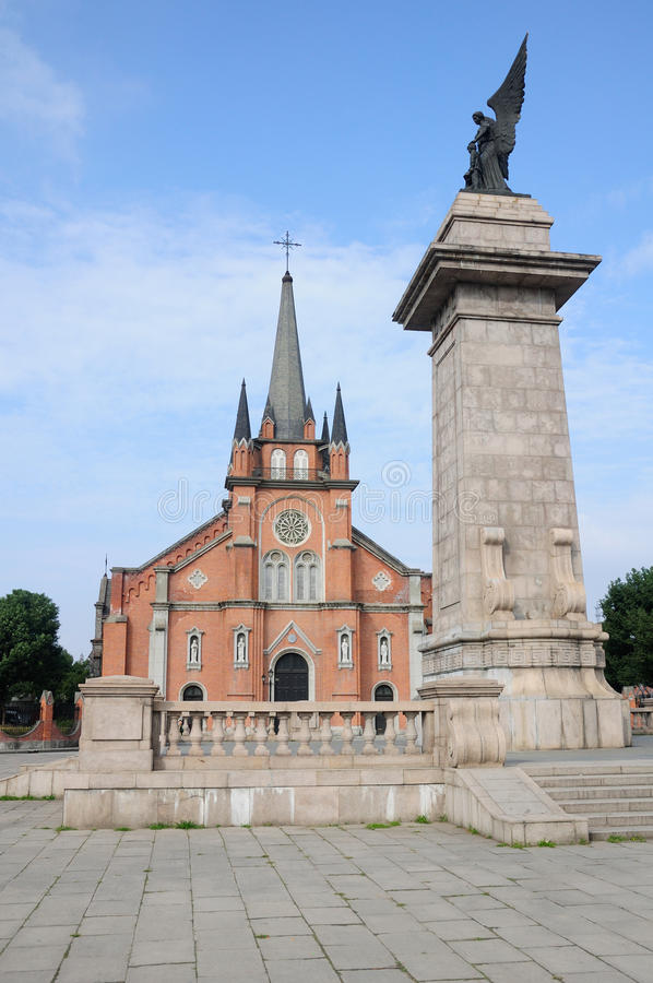Monumento de la iglesia católica y del arcángel fotografía de archivo libre de regalías