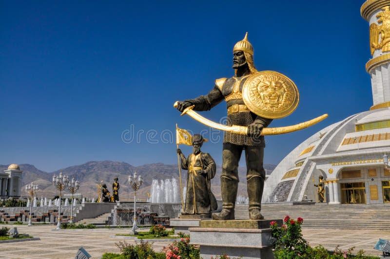 Monumento de la independencia en Asjabad imagen de archivo