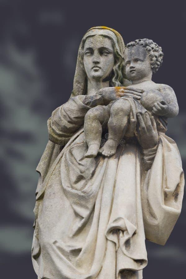 Monumento de la mujer con el niño en un cementerio fotos de archivo libres de regalías