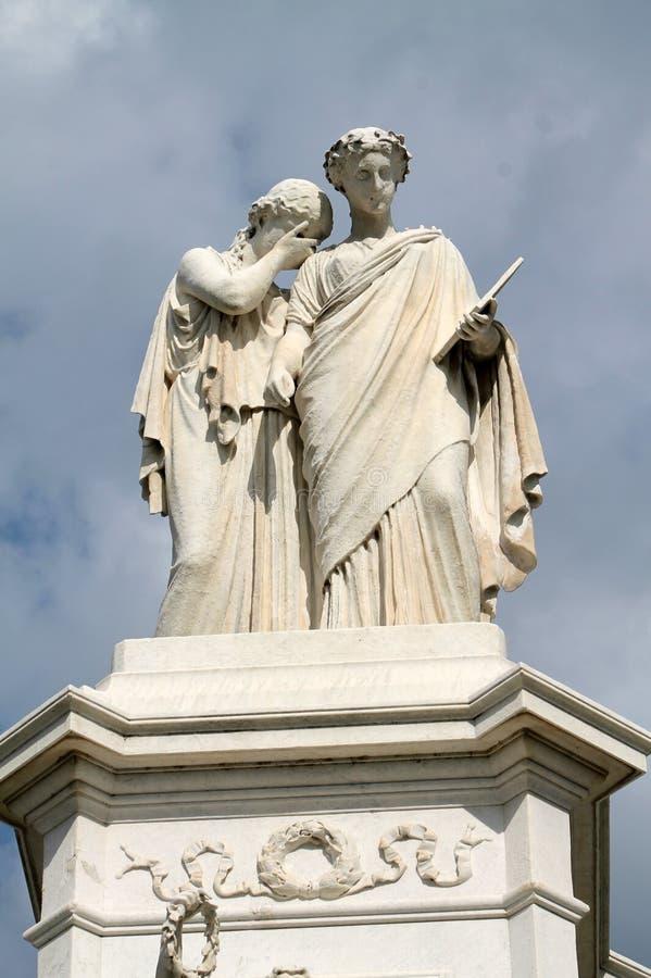 Monumento de la paz, capitol y nubes hinchadas fotografía de archivo