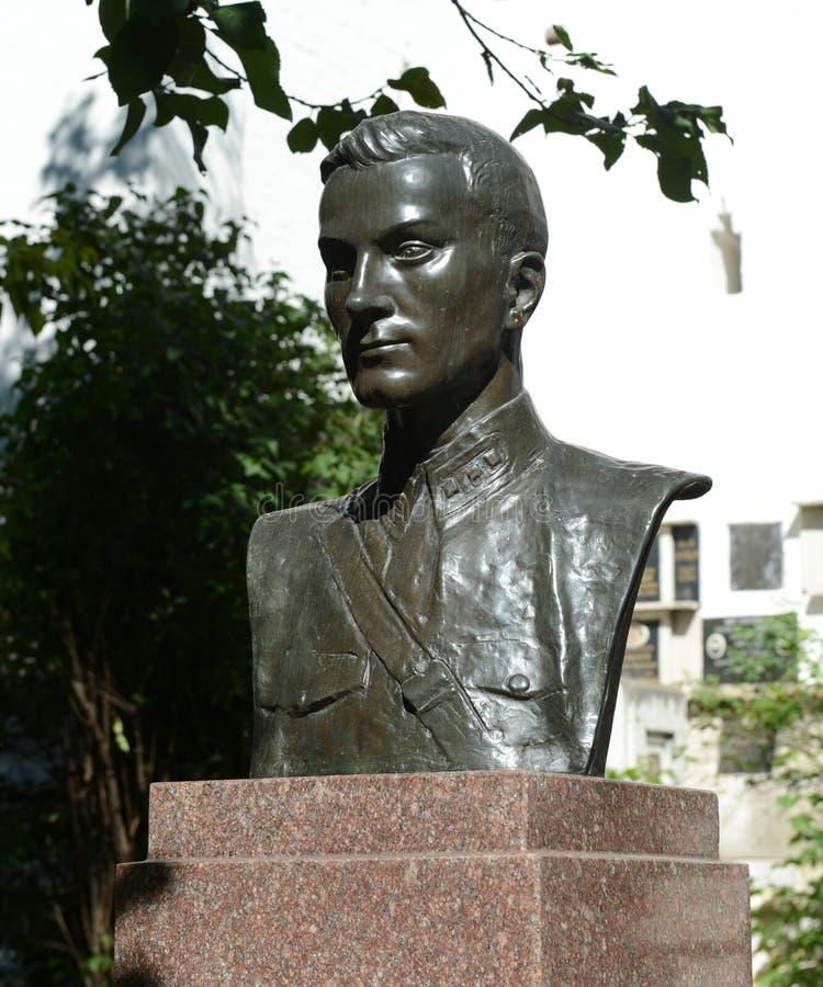 Monumento de la piedra sepulcral al héroe de la Unión Soviética Timur Frunze en el cementerio de Novodevichy en Moscú imágenes de archivo libres de regalías