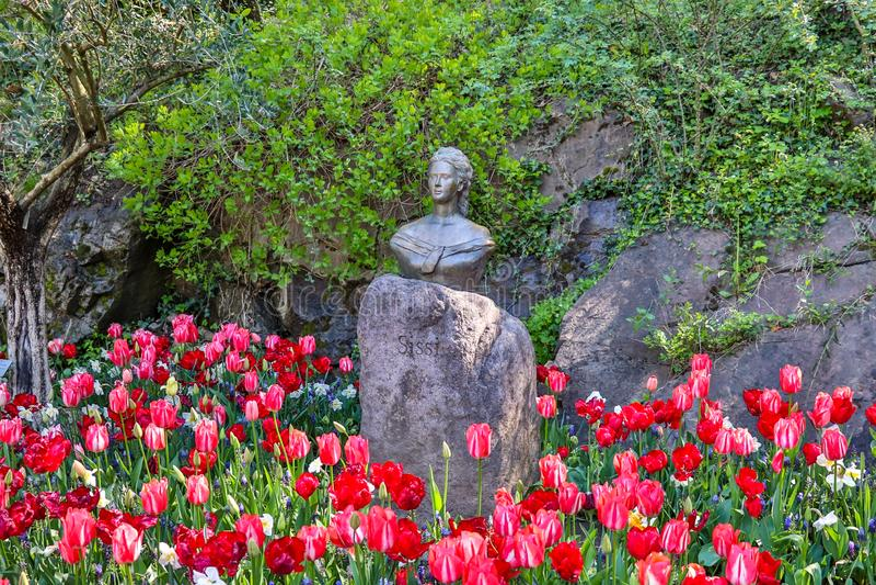 Monumento de la reina y de la emperatriz Sissi o Sisi en macizo de flores Localizado adentro, muere Gärten von Schloss Trauttmans imágenes de archivo libres de regalías