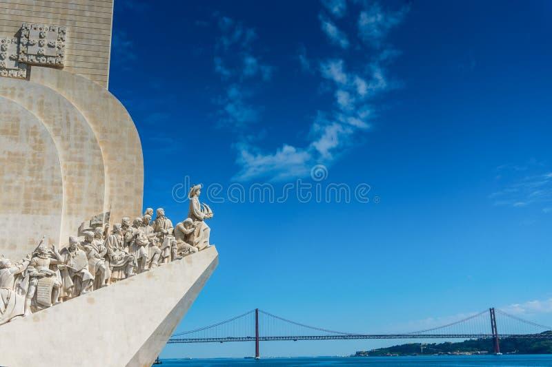 Monumento de los descubrimientos en el estuario del r?o Tagus, Lisboa, Portugal fotos de archivo