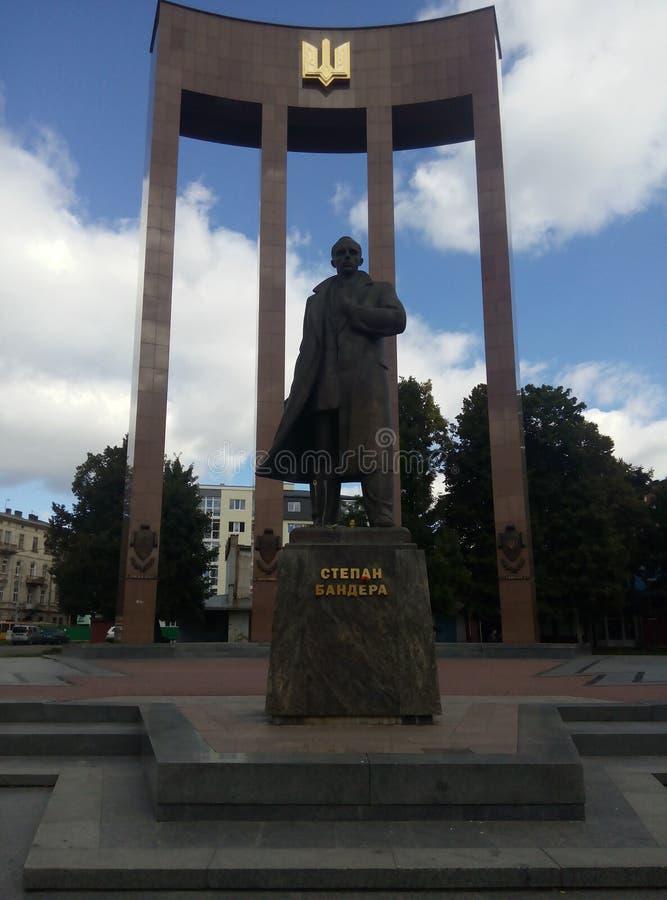 Monumento de Lviv a Stepan Bandera fotos de stock