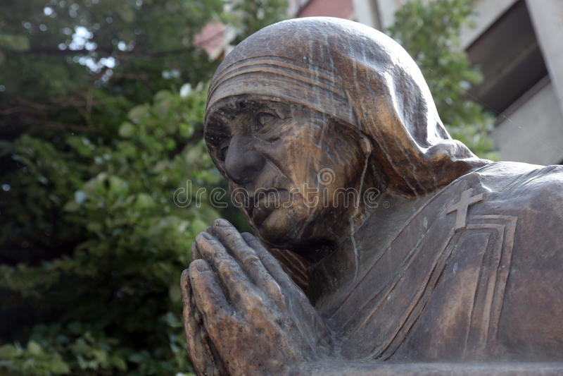 Monumento de Madre Teresa em Skopje imagens de stock royalty free