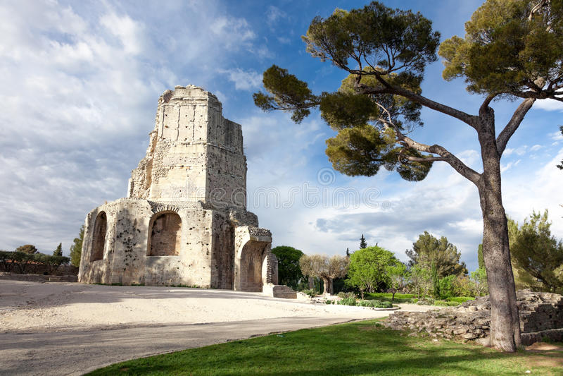 Monumento de Magne da excursão em Nimes foto de stock royalty free