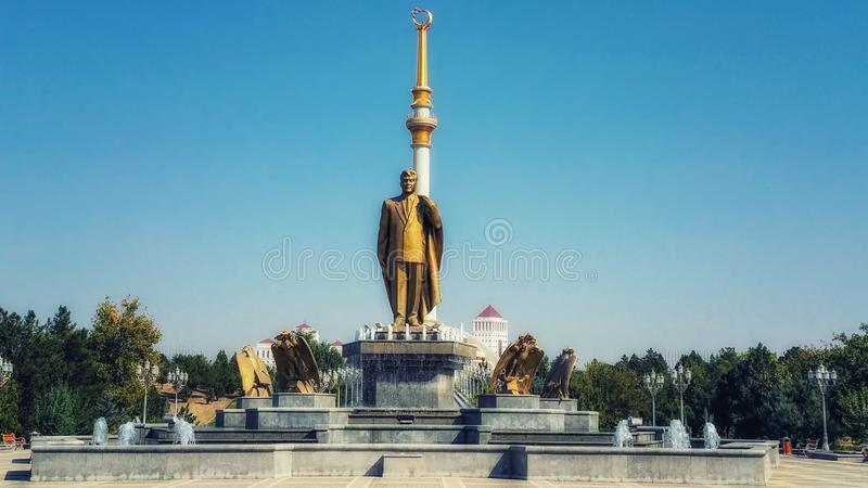 Monumento de Niyazov y del arco de la independencia imagen de archivo libre de regalías