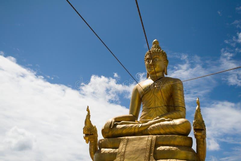 Monumento de oro grande de Buda en la construcción imagen de archivo