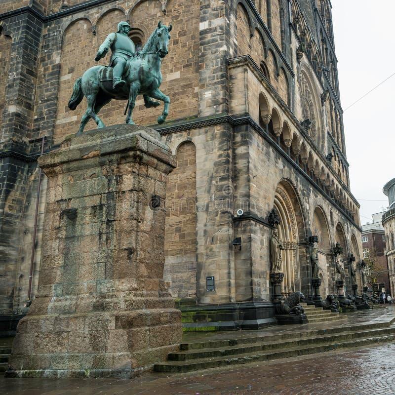 Monumento de Otto von Bismarck, canciller alemán delante de la catedral en Bremen, Alemania, otoño imagenes de archivo