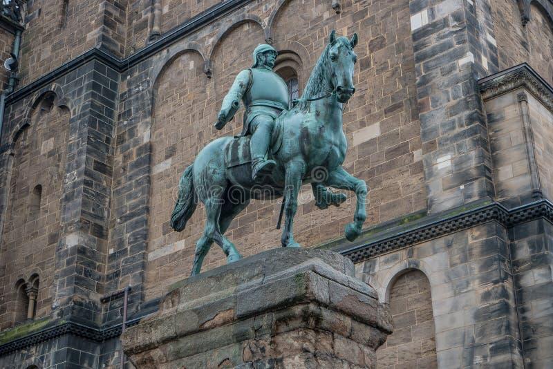 Monumento de Otto von Bismarck, canciller alemán delante de la catedral en Bremen, Alemania, otoño imagen de archivo