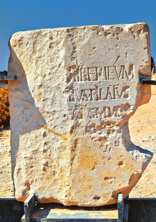 Monumento de pedra com menção de Pontius Pilate perto do palácio de Herod no parque nacional de Caesarea Maritima imagens de stock