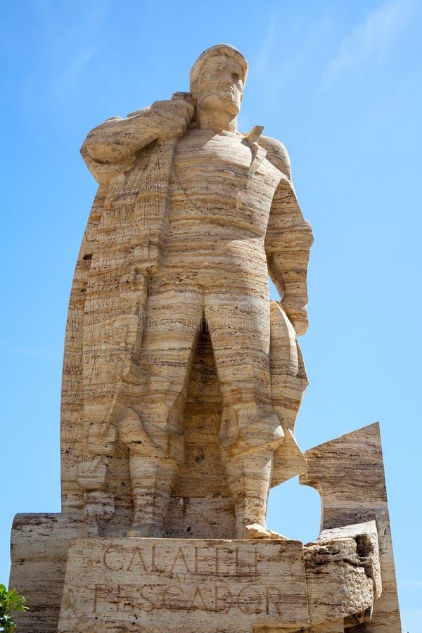 Monumento de piedra al pescador en la ciudad de Calafell foto de archivo libre de regalías