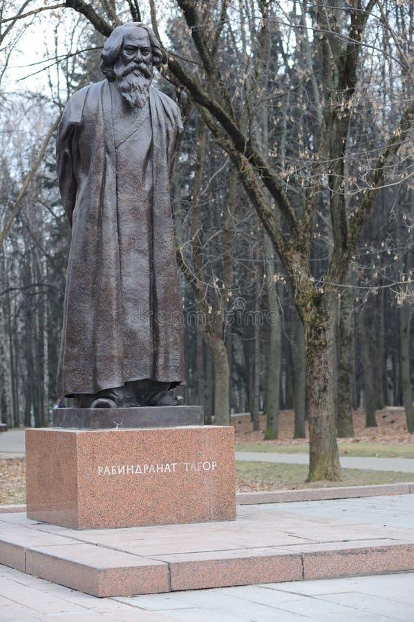 Monumento de Rabindranath Tagore al escritor indio, poeta, compositor, artista, figura pública, parque de la amistad, Moscú fotos de archivo