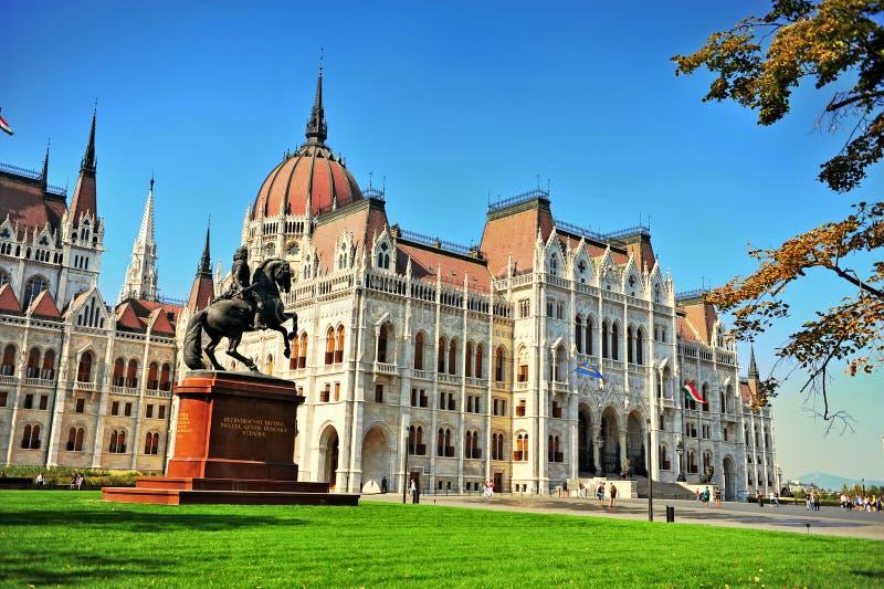 Monumento de Rakoczi delante del parlamento de Budapest imagen de archivo libre de regalías