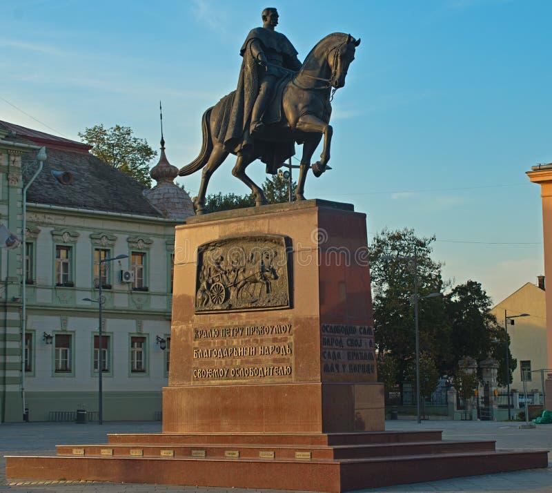 Monumento de rey Peter en la plaza principal en Zrenjanin, Serbia fotografía de archivo