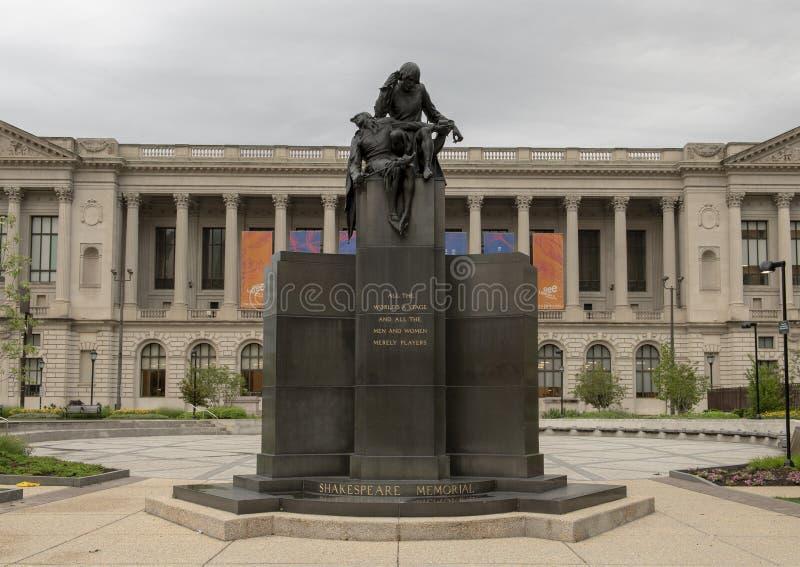 Monumento de Shakespeare delante de la biblioteca central de la ruta verde en Logan Square, Philadelphia, Pennsylvania foto de archivo