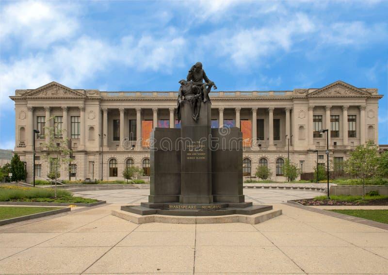 Monumento de Shakespeare delante de la biblioteca central de la ruta verde en Logan Square, Philadelphia, Pennsylvania fotografía de archivo libre de regalías