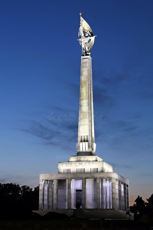 Monumento de Slavin en Bratislava en la oscuridad imágenes de archivo libres de regalías