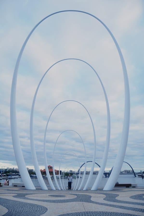Monumento de Spanda en visto del lado norte de Elizabeth Quay en Perth, Australia fotos de archivo