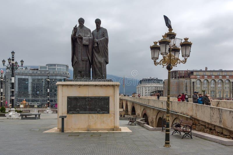 Monumento de St Cyril e Methodius e ponte de pedra velha na cidade de Skopje, R imagens de stock