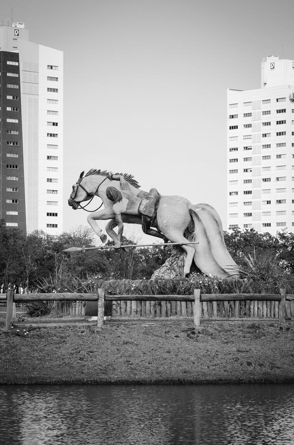 Monumento de un guerrero indígena que monta su caballo y atacar imagen de archivo