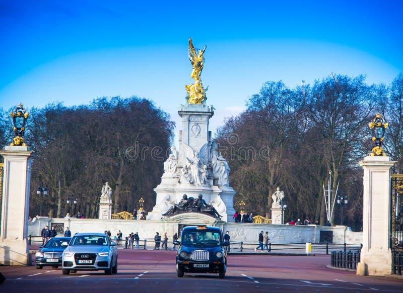Monumento de Victoria en taxi negro de Londres, Londres imagenes de archivo