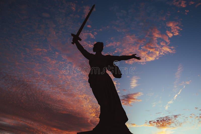 Monumento de Volgograd no céu do por do sol fotografia de stock