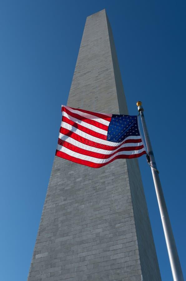 Monumento de Washington com bandeira americana fotos de stock royalty free