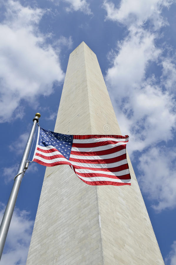 Monumento de Washington com a bandeira americana na parte dianteira imagens de stock royalty free