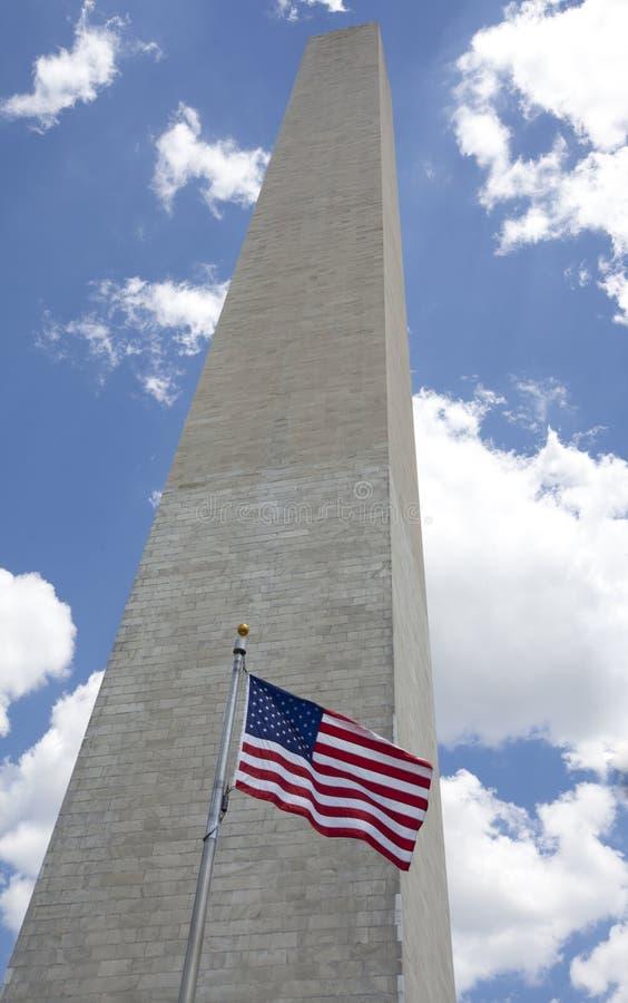 Monumento de Washington con la bandera americana fotografía de archivo libre de regalías