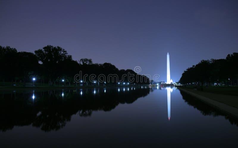 Monumento de Washington na noite imagens de stock
