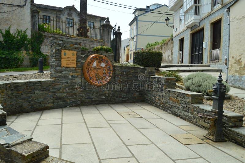 Monumento dedicado à visita da fachada dos reis Espanha Com de um palácio bonito atrás em Castropol fotografia de stock royalty free