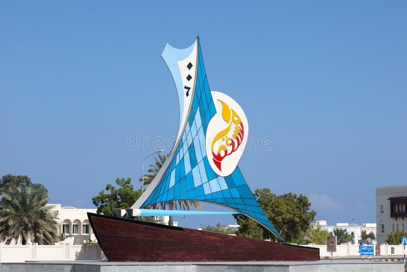 Monumento del barco en un cruce giratorio en Muscat, Omán imagenes de archivo