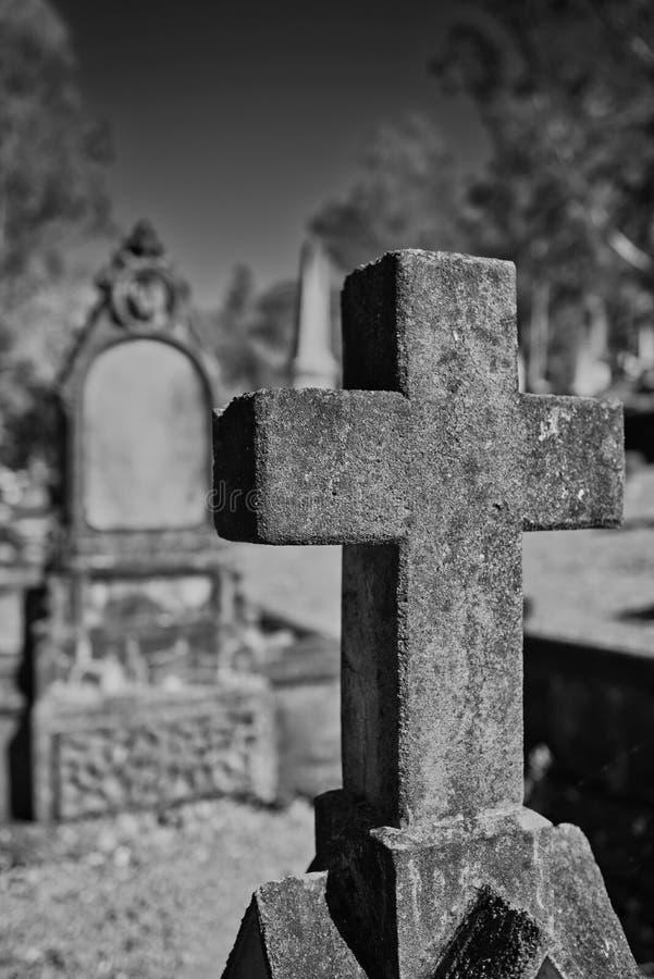 Monumento del cementerio, cruz blanco y negro foto de archivo libre de regalías
