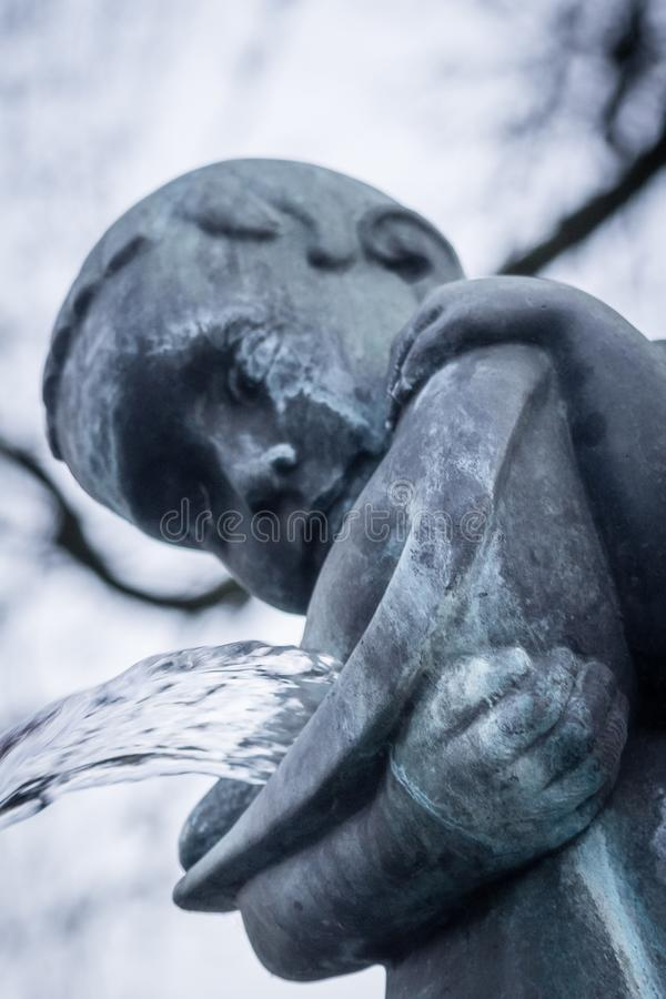 Monumento del cimitero di religione una di arte della statua della scultura immagine stock
