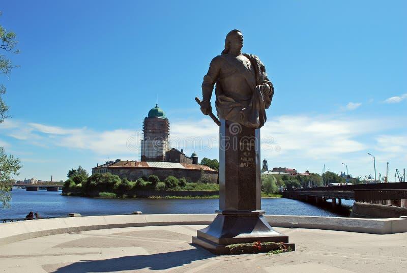 Monumento del conteggio F M. Apraksin con il castello di Vyborg fotografia stock libera da diritti